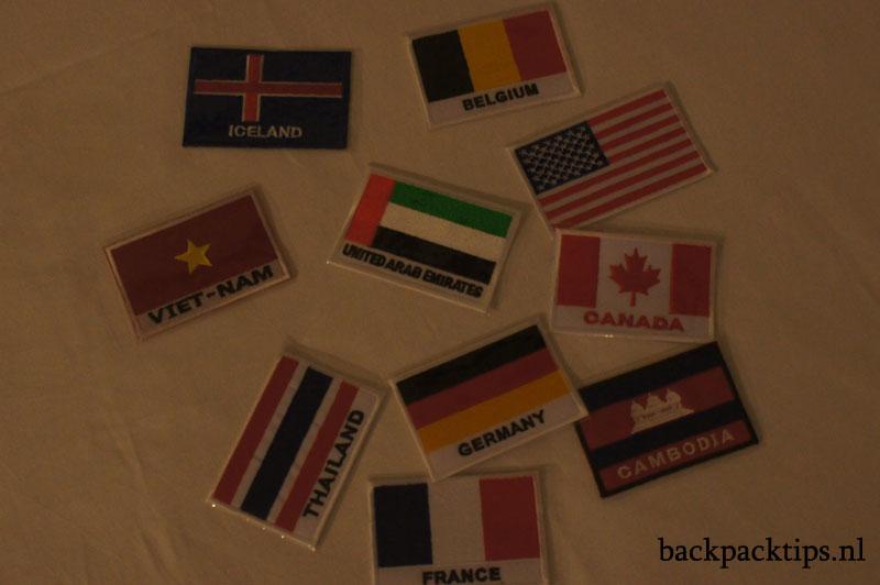 vlaggetjes op backpack